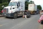 Người phụ nữ chết thảm dưới bánh xe container
