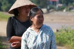 Nhói lòng người mẹ mỏi mòn khóc cạn dòng nước mắt đi dọc suối tìm con và cháu ngoại mất tích trong mưa lũ