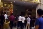Nghệ An: Nghi ngờ nhân viên quán karaoke lớn nhất thành Vinh trộm cắp điện thoại, khách hàng cầm hung khí đuổi đánh nhập viện