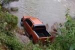 Phát hiện thi thể người đàn ông cạnh xe bán tải dưới vực suối