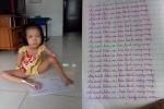 Câu chuyện xúc động về đôi bàn chân viết chữ đẹp của bé gái xinh xắn, học giỏi nhưng bất hạnh cụt cả hai tay