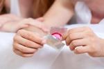 Lỗi cơ bản khi dùng bao cao su cặp đôi nào cũng nên biết để tránh