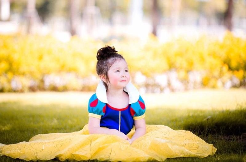 Con gái Elly Trần hóa thân thành công chúa Bạch Tuyết cực dễ thương