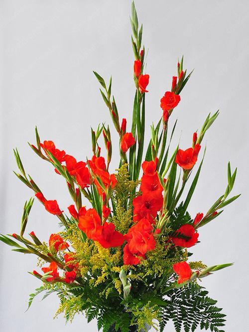 Thêm nhiều hoa khác để bình hoa lay ơn ngày Tết rực rỡ nhiều sắc màu