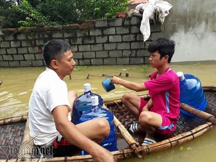 Cận cảnh cuộc sống 'người lợn chung nhà' của người dân Hà Nội sau vỡ đê Chương Mỹ - Ảnh 11