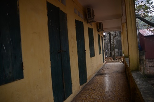 Cảnh tượng xuống cấp của trường tiểu học sập lan can làm 16 học sinh nhập viện khiến phụ huynh 'sống trong sợ hãi' - Ảnh 9