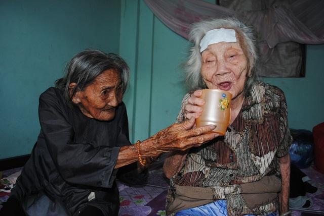 Cảnh già khó nhọc của cụ bà 90 bán vé số nuôi chị gái 93 tuổi - Ảnh 1