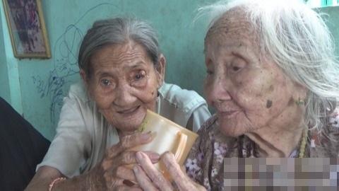 Cảnh già khó nhọc của cụ bà 90 bán vé số nuôi chị gái 93 tuổi - Ảnh 2