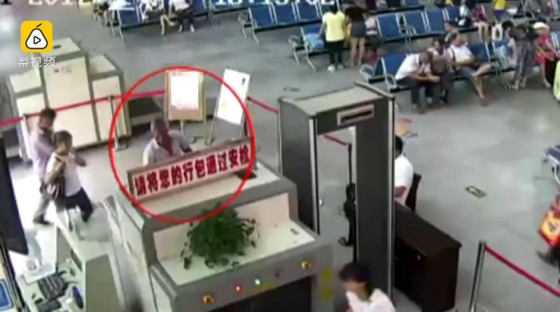 Người đàn ông thản nhiên mang cánh tay người bị chặt rời trong hành lý, ai cũng sốc khi biết nguyên nhân - Ảnh 2