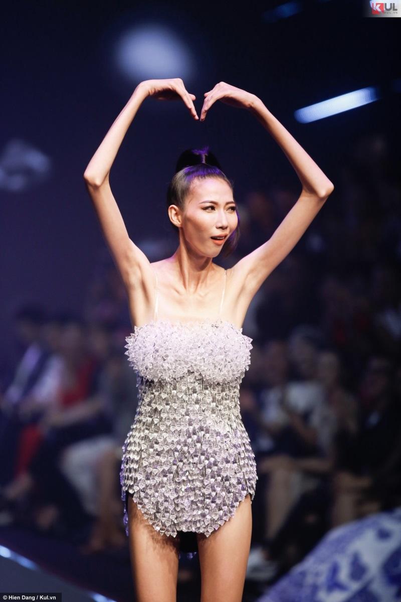 Hé lộ sự thật đau lòng phía sau 'bộ xương di động' Cao Ngân trên sân khấu chung kết Vietnam's Next Top Model 2017  - Ảnh 4