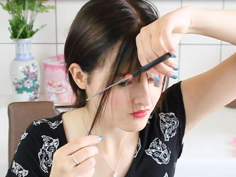 Lấy thêm tóc hai bên tỉa bớt xuống cho mái tóc thêm phần tự nhiên và mềm mại hơn