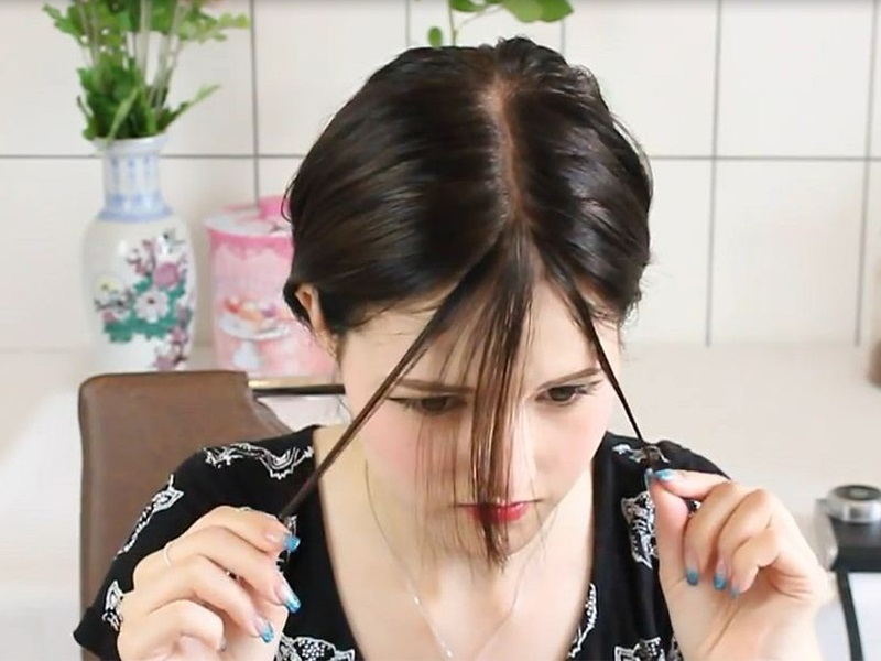 Lấy tóc theo góc 45 độ để cắt mái thưa