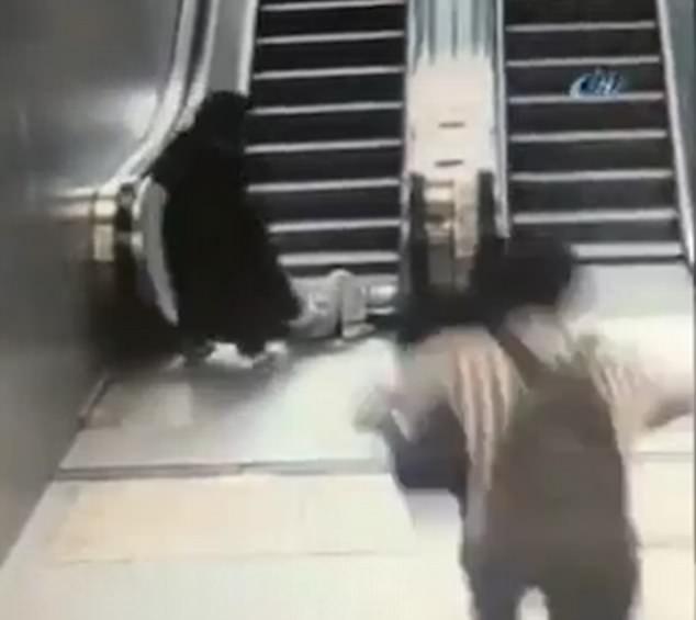 Clip: Cậu bé 9 tuổi bị kéo 1 chân vào thang cuốn và cái kết không ai ngờ đến - Ảnh 3