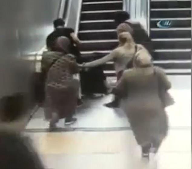 Clip: Cậu bé 9 tuổi bị kéo 1 chân vào thang cuốn và cái kết không ai ngờ đến - Ảnh 4