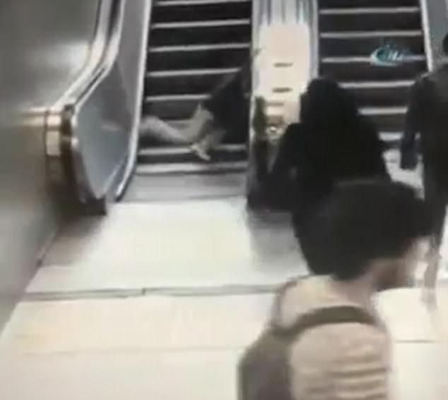 Clip: Cậu bé 9 tuổi bị kéo 1 chân vào thang cuốn và cái kết không ai ngờ đến - Ảnh 2