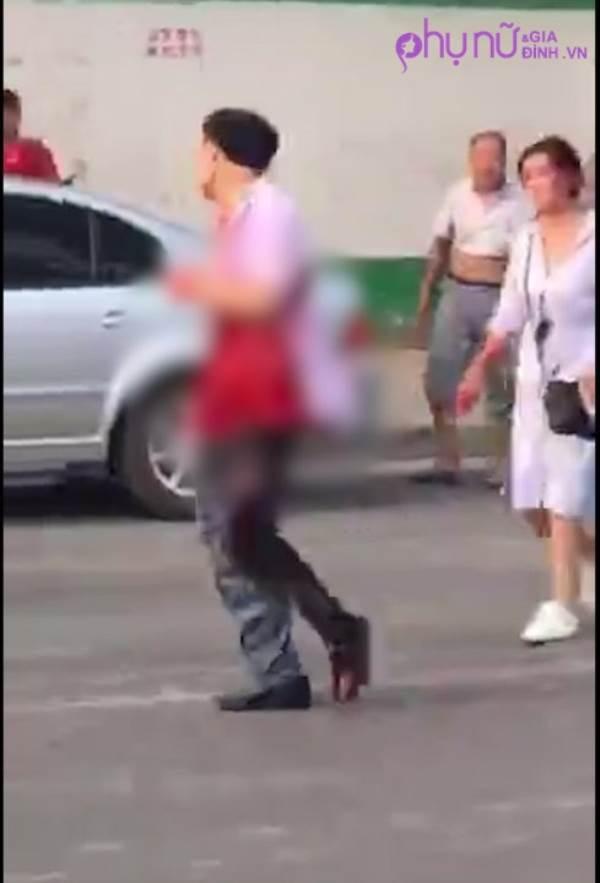 Sốc: Người vợ dùng dao đâm chồng bê bết máu trên phố khiến người đi đường hốt hoảng - Ảnh 2
