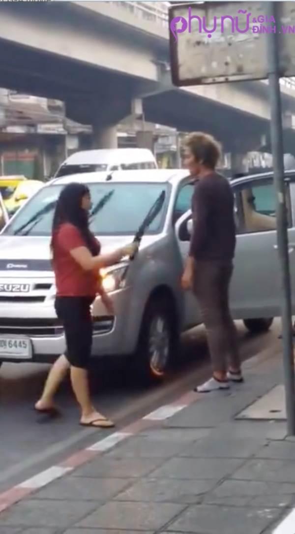 Sốc: Người vợ dùng dao đâm chồng bê bết máu trên phố khiến người đi đường hốt hoảng - Ảnh 4