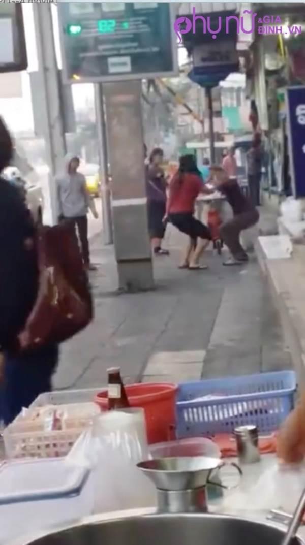 Sốc: Người vợ dùng dao đâm chồng bê bết máu trên phố khiến người đi đường hốt hoảng - Ảnh 5