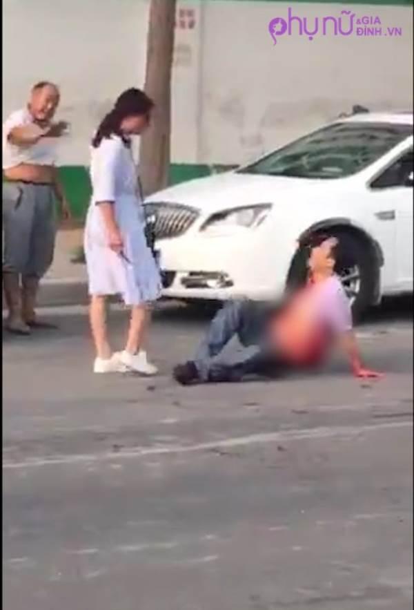 Sốc: Người vợ dùng dao đâm chồng bê bết máu trên phố khiến người đi đường hốt hoảng - Ảnh 1