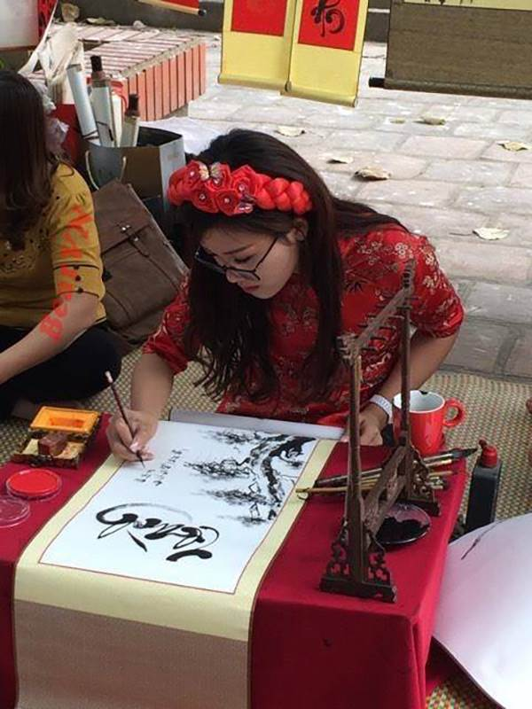 Xuất hiện cô đồ xinh xắn, cho chữ thư pháp tại Bắc Giang - Ảnh 1
