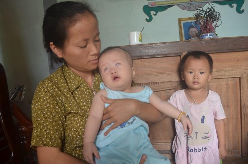 Cha gạt nước mắt rao bán nhà chữa bệnh cho con trai bị đa khuyết tật - Ảnh 1