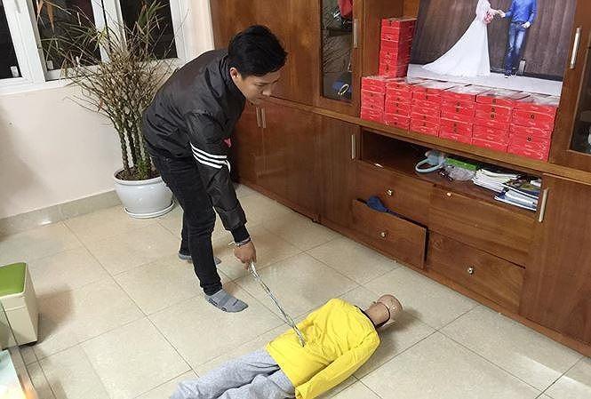 Bố bạo hành con 10 tuổi đến gãy xương sườn, rạn sọ não: Từng lên tivi và được đồng nghiệp nhận xét là người hiền lành - Ảnh 1