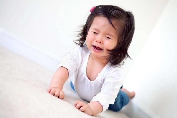 Cha mẹ nên làm gì khi con khóc và ăn vạ? - Ảnh 1