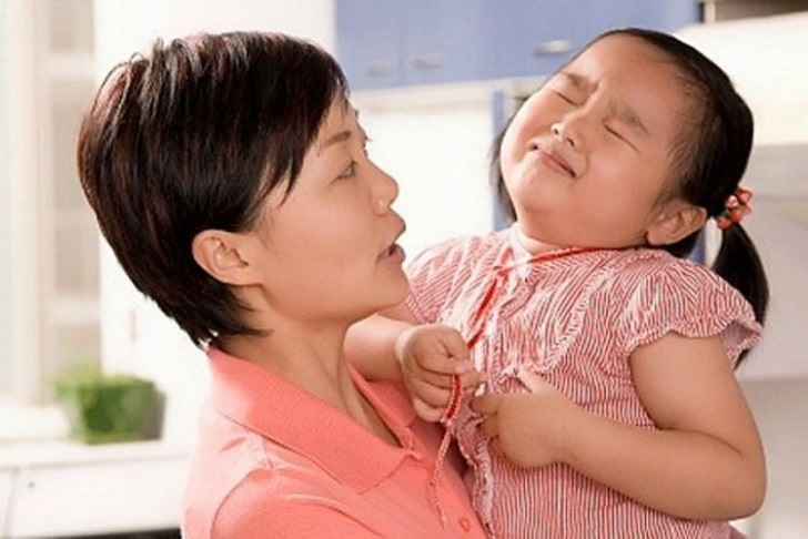 Cha mẹ nên làm gì khi con khóc và ăn vạ? - Ảnh 2