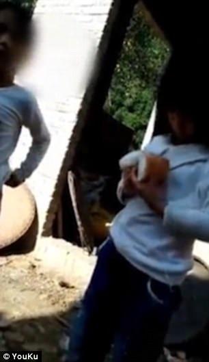 Clip: Cha mẹ tàn ác xích con trai ngoài trời nắng vì nguyên nhân gây sốc - Ảnh 2