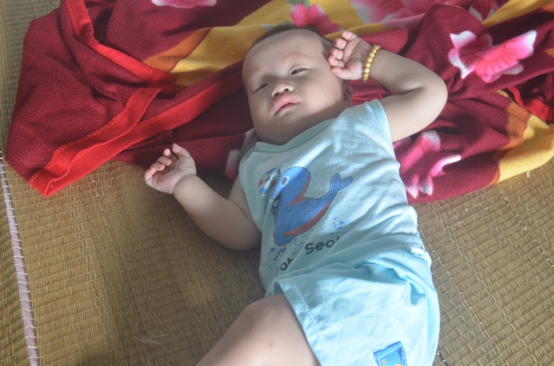 Cha gạt nước mắt rao bán nhà chữa bệnh cho con trai bị đa khuyết tật - Ảnh 3