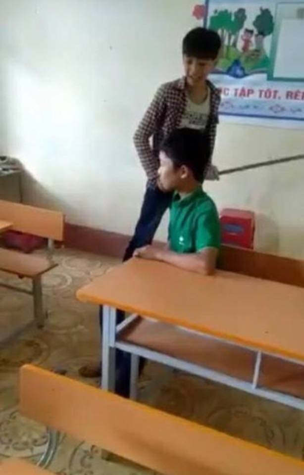 Clip sốc: Học sinh đánh bạn dã man, quay video để được nổi tiếng - Ảnh 1