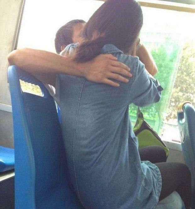 Hôn nhau trên xe buýt gặp sự cố khiến rách môi bạn gái, nam thanh niên quay sang... ăn vạ tài xế, bắt đền tiền - Ảnh 1