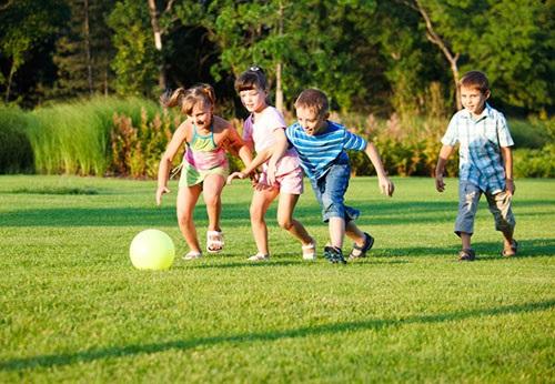 Chế độ dinh dưỡng và vận động giúp bé phát triển chiều cao - Ảnh 1