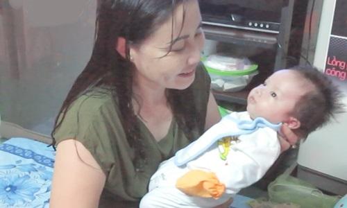 Chị giúp việc nghèo dành hết tình thương cho con trai nuôi kháu khỉnh nhặt được ở cổng chùa - Ảnh 1