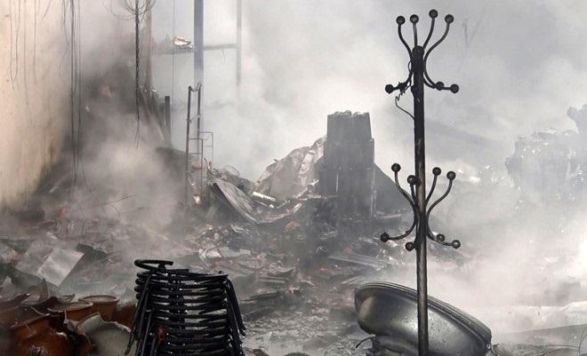 Chiết xăng bán gây hỏa hoạn, chủ tiệm tạp hóa bị bỏng nặng - Ảnh 2