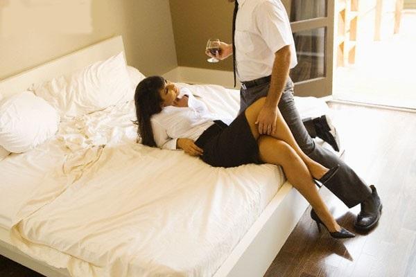 Nếu một ngày nhìn thấy chồng đi vào nhà nghỉ với nhân tình, em sẽ làm gì? - Ảnh 1