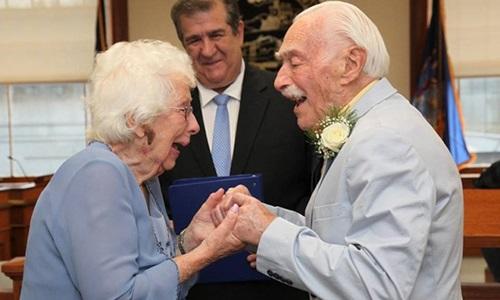 Chú rể 94 tuổi hài hước kể lại lần đầu ngủ chung với cô dâu 99 tuổi trong đám cưới - Ảnh 1