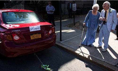 Chú rể 94 tuổi hài hước kể lại lần đầu ngủ chung với cô dâu 99 tuổi trong đám cưới - Ảnh 2
