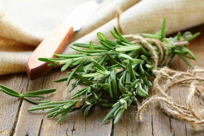 Chữa hôi nách bằng tinh dầu hương thảo