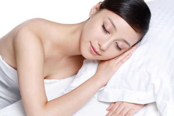 Ngủ đủ giấc và không thức khuya giúp ngăn chặn bị quầng thâm mắt