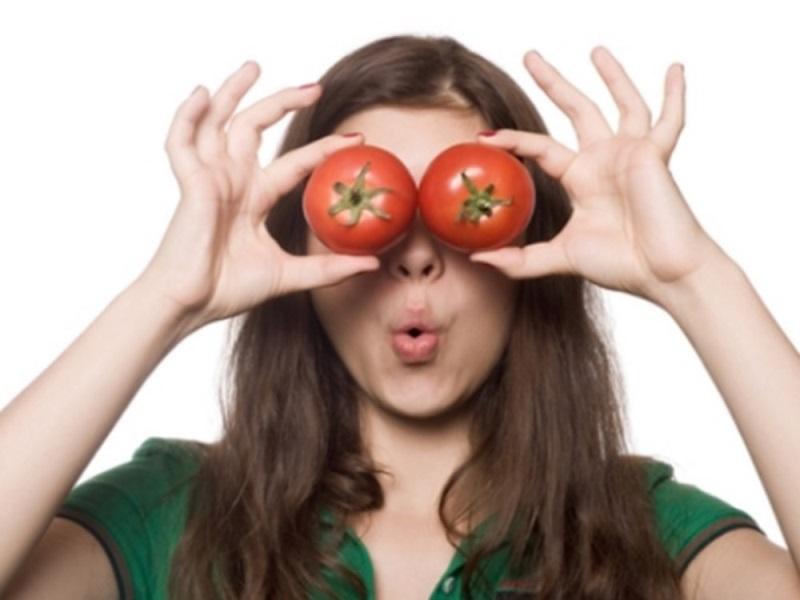 Đắp cà chua lên mắt giúp chữa thâm quầng mắt lâu dài nhất