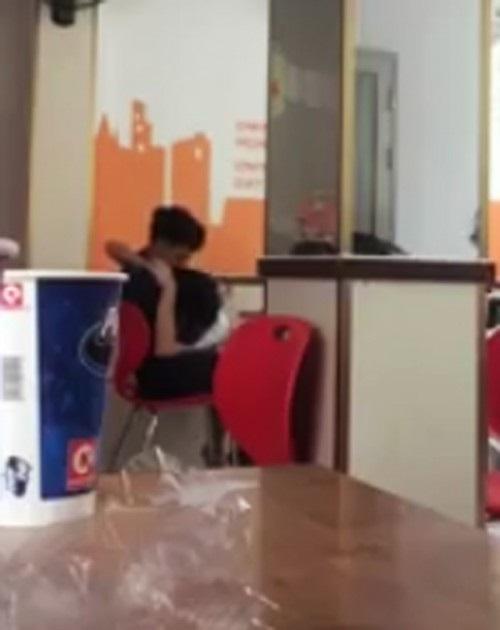 Clip: Chàng trai ngồi lướt điện thoại, người yêu đút ăn như con - Ảnh 3