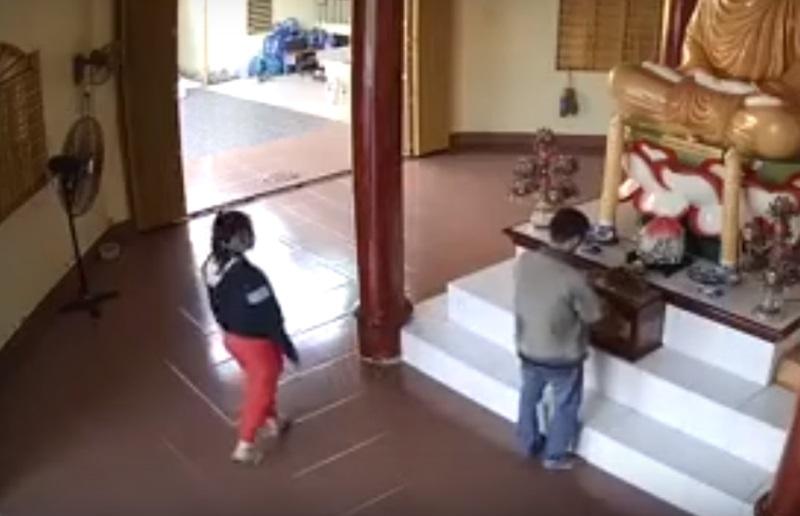 Clip: Đôi nam nữ trộm tiền trong chùa còn quay lại lạy Phật - Ảnh 1