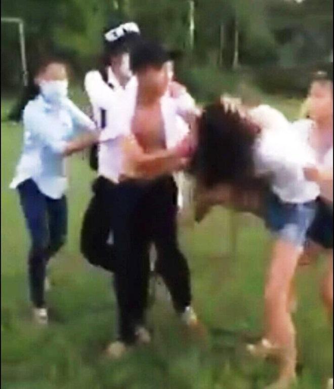 Clip: Nam sinh đập đầu bạn nữ xuống bàn như giã tỏi khiến cộng đồng mạng bức xúc - Ảnh 3