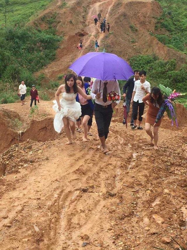 Cô dâu hot nhất mạng xã hội hôm nay: Dù phải chân trần lội bùn, vượt núi về nhà chồng nhưng trên môi không tắt nụ cười - Ảnh 2