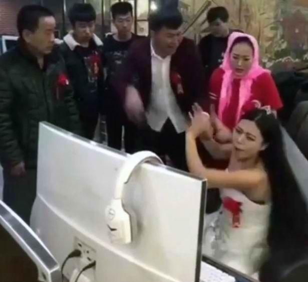 Cô dâu 'bá đạo' nhất năm: Mê chơi game, chồng và bố mẹ phải đến tận quán net lôi về để... làm lễ cưới - Ảnh 2