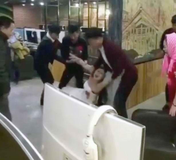 Cô dâu 'bá đạo' nhất năm: Mê chơi game, chồng và bố mẹ phải đến tận quán net lôi về để... làm lễ cưới - Ảnh 3