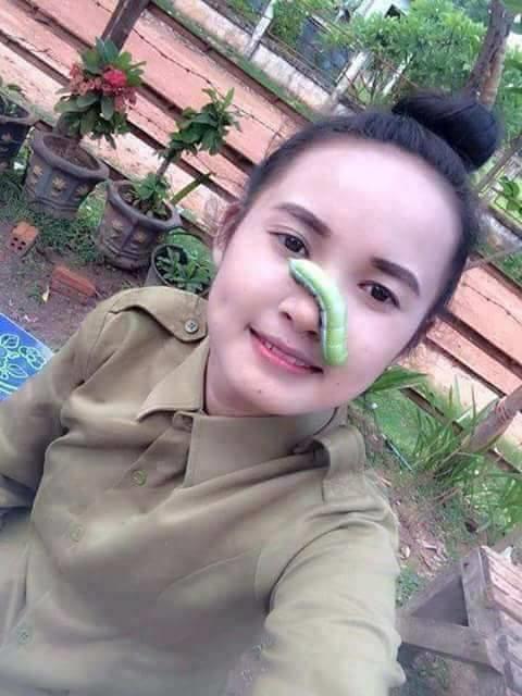Phát hoảng cảnh cô gái cho con sâu xanh vào mồm chụp ảnh 'tự sướng'