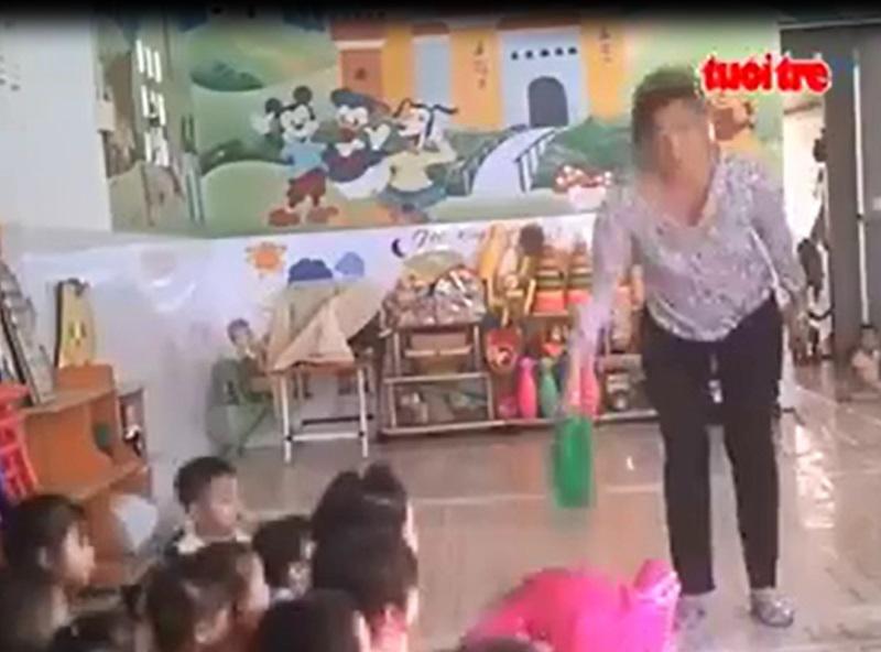 Phụ huynh phẫn nộ, công an vào cuộc vụ cô giáo mầm non ở Sài Gòn dùng bình nhựa đập đầu, cầm dao dọa nạt học sinh - Ảnh 2