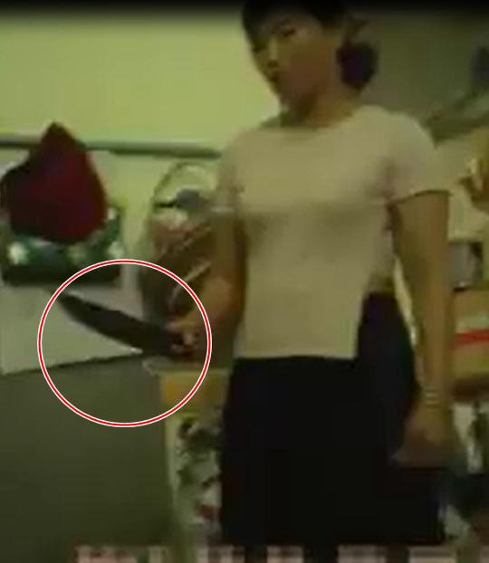 Phụ huynh phẫn nộ, công an vào cuộc vụ cô giáo mầm non ở Sài Gòn dùng bình nhựa đập đầu, cầm dao dọa nạt học sinh - Ảnh 3